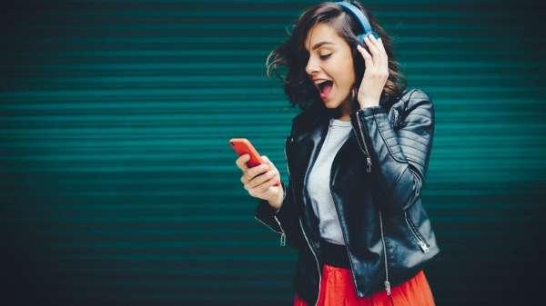 فتاة تستمع لموسيقى عبر العاتف