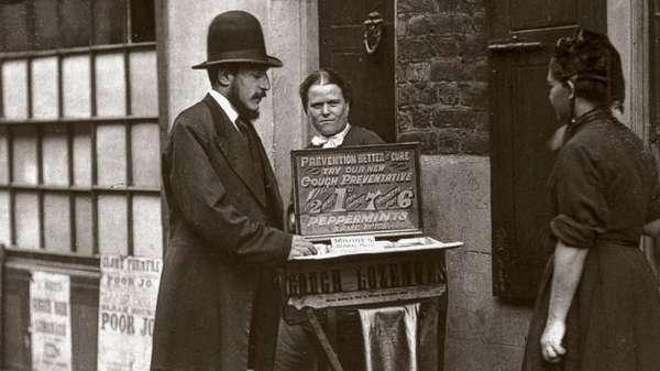 أحد بائعي علاج الشوارع عام 1877