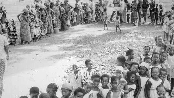 صفوف في النيجر لتلقي اللقاحات ضد مرض الجدري عام 1969