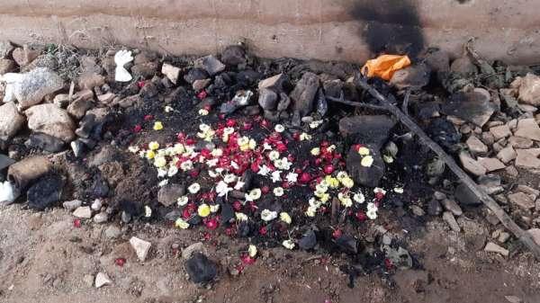 الناس نثروا أوراق الورود على المكان الذي عُثر فيه على بقايا الضحية