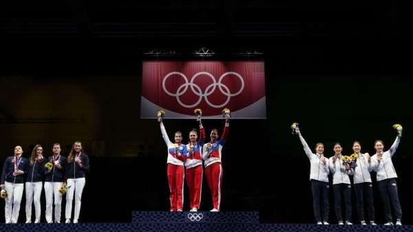 فريق روسيا الحائز على الميداليات الذهبية يقف على منصة التتويج خلال حفل توزيع الميداليات على فريق السيدات للمبارزة بالسيوف.