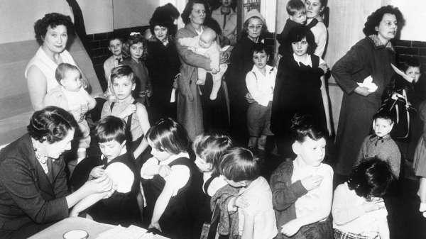 أطفال يتلقون اللقاح عام 1962