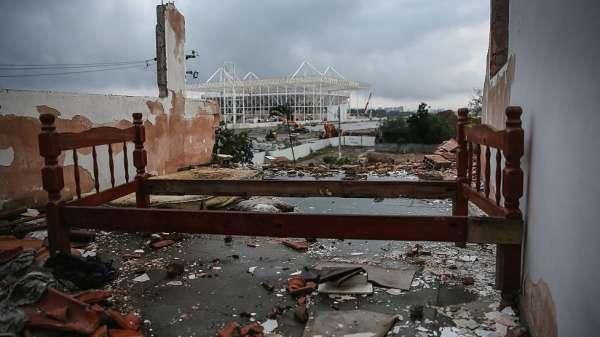 آثار حريق لمنزل تهدم معظمه خلف الحديقة الأولمبية في ريو دي جانيرو. 25 يوليو/تموز 2015